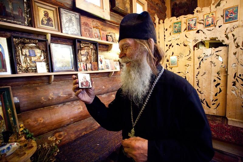 Отец Виктор держит местночтимый образ Теребенской иконы Божией Матери