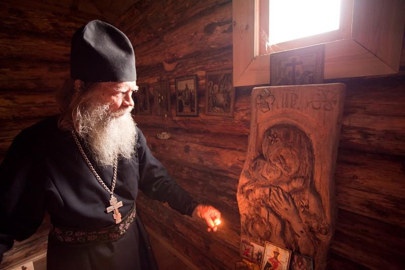 Отец Виктор у резного образа Владимирской иконы Божией Матери