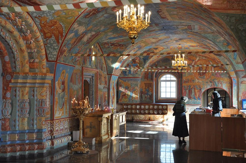 В ожидании прибытия крестного хода. Введенский собор Толгского монастыря