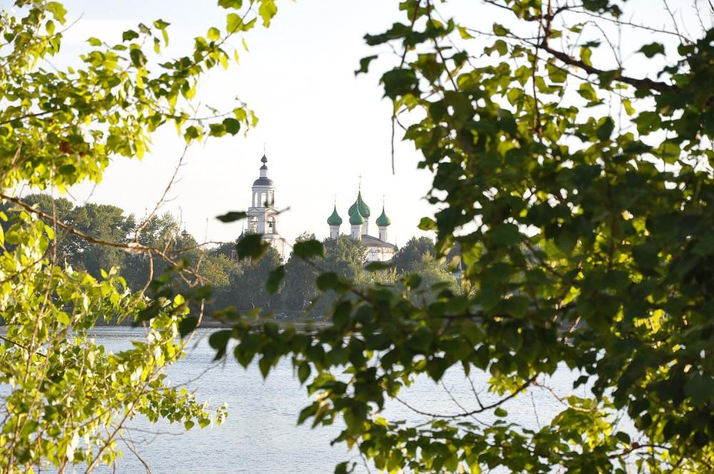 Толгский монастырь с противоположного берега Волги