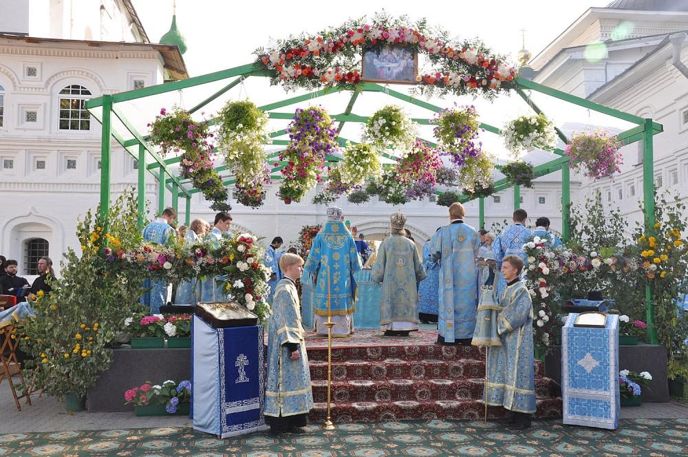 Специально оборудованный помост для совершения Божественной литургии