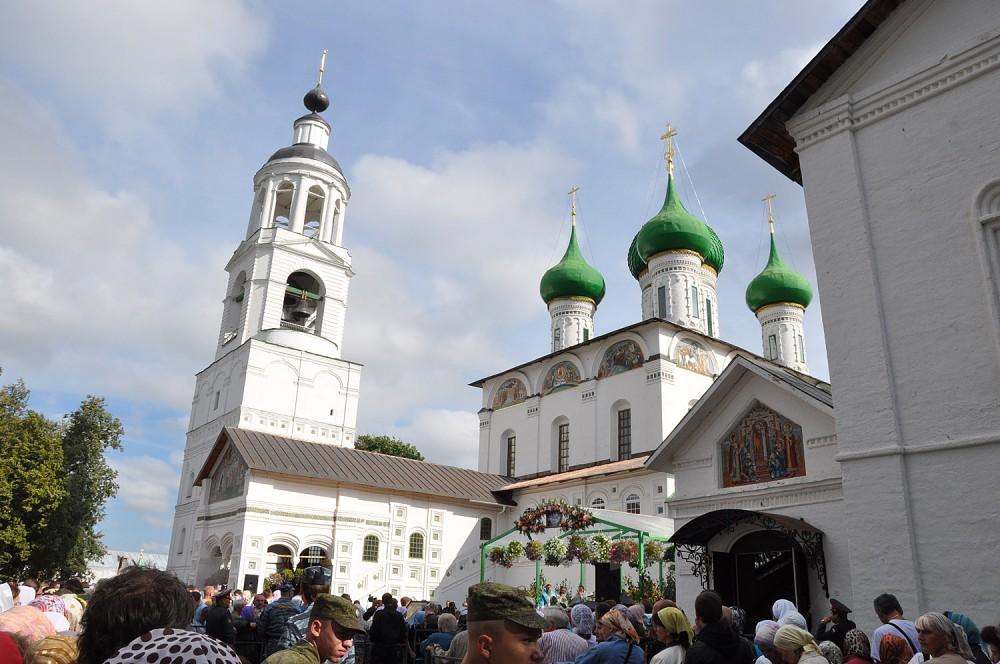 Перед Введенским собором Толгского монастыря