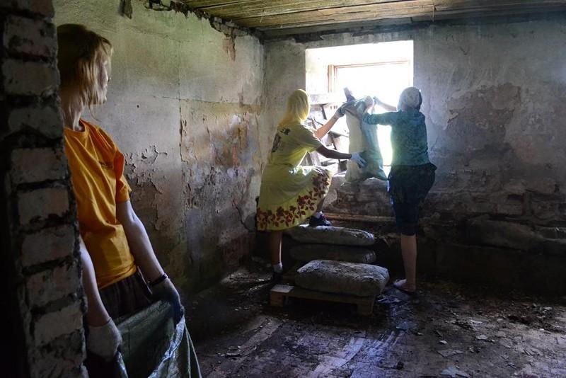 Уборка мусора в Леушинском корпусе Введенского монастыря