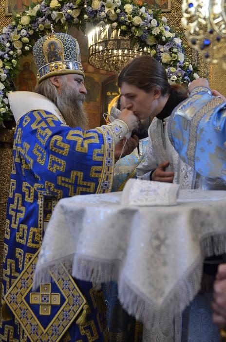 Архиепископ Феогност вручает рукоположенному им иеродиакону Никите поручи