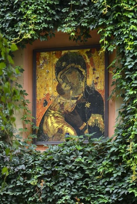 Владимирская икона Божией Матери на улице