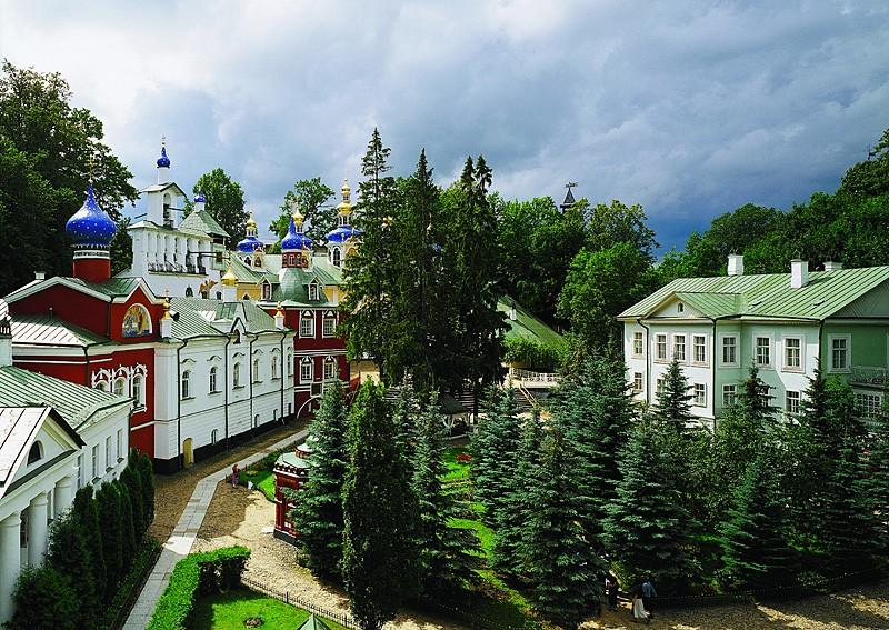 Псково-Печерский монастырь летом