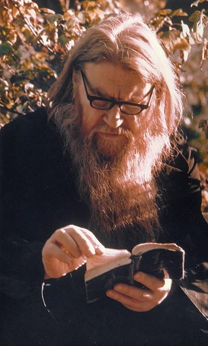 Отец Антипа на Святой горке читает акафисты