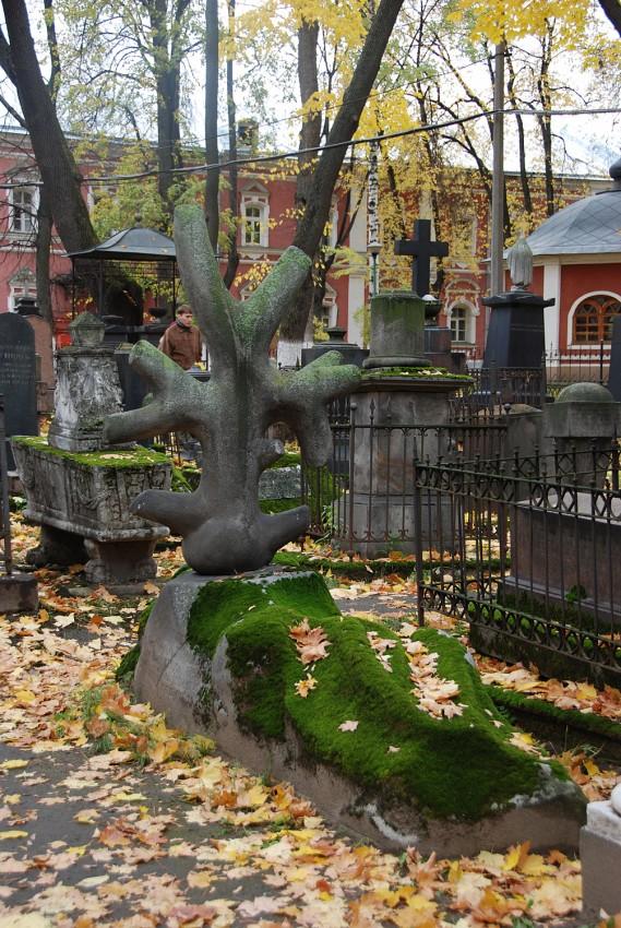 Надгробный крест в форме обрубленного дерева