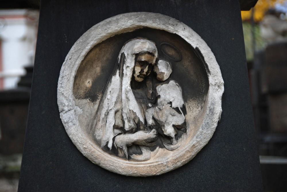 Богородица. Барельеф на кресте