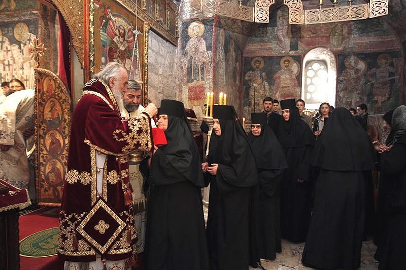 Патриарх Ириней причащает сестер обители