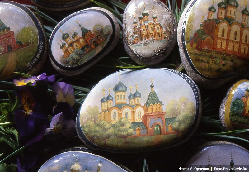 Расписанные сестрами камушки с изображением Пюхтицкого монастыря