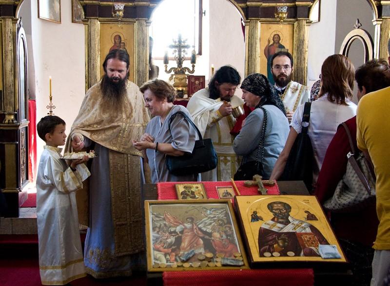 По воскресным дням и праздникам в монастырь приезжает много верующих