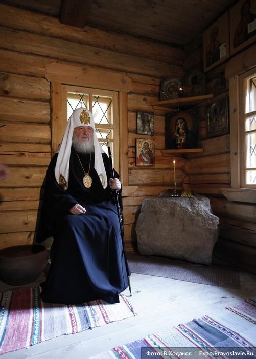 Патриарх Кирилл в келье прп. Серафима