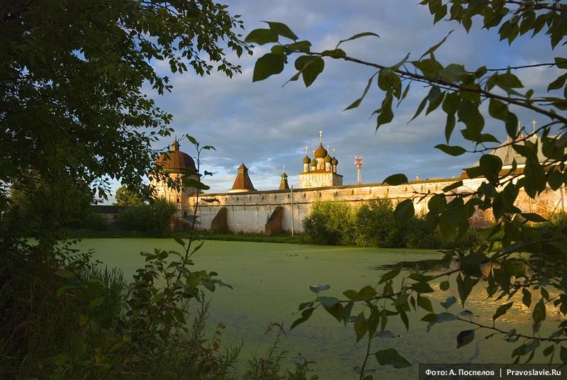 Борисоглебский монастырь в лучах закатного солнца