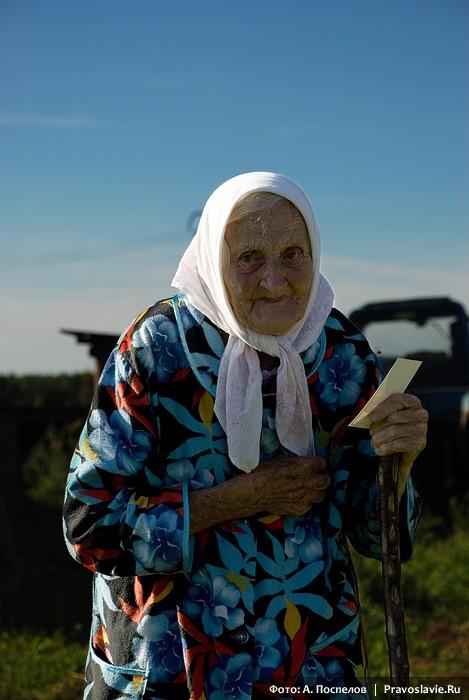 Бабушка, каждый год встречающая крестоходцев в её селе