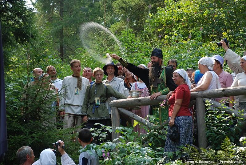 Кропление людей во время водосвятного молебна на источнике прп. Иринарха