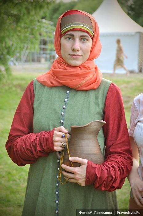 Женщина в костюме горожанки XVII века