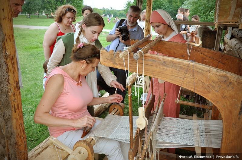 Обучение ткачеству на старинном ткацком стане