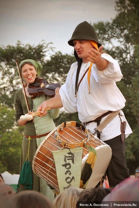 Музыканты из группы «Требушет», исполняющие старинную западноевропейскую музыку
