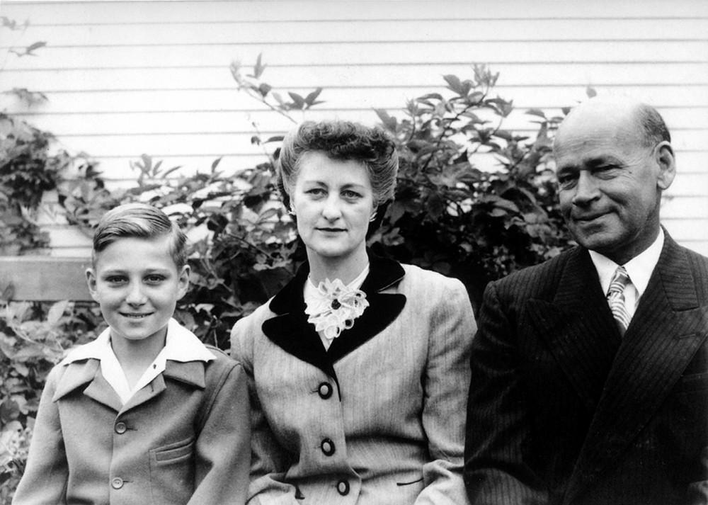 Последний, самый любимый ребенок. Евгений Роуз с отцом и матерью