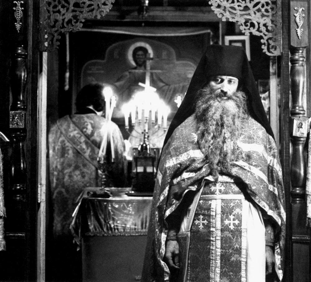 О. Серафим (Роуз) во время всенощного бдения накануне дня памяти прп. Германа Аляскинского. 1980 г. Фото о. Лаврентия Уильямса