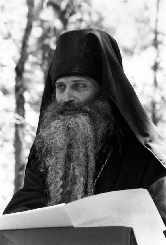 О. Серафим (Роуз) читает лекцию в монастыре Прп. Германа Аляскинского. 1980 г.