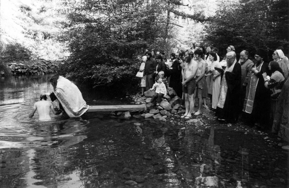 О. Серафим (Роуз) крестит новообращенных в Православие американцев в горной речке в Гаррисоновой лощине. Летнее паломничество 1980 г.