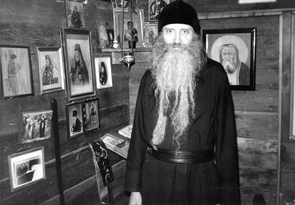 В «Оптиной» келье. 1981 г. На стенах портреты Оптинских старцев
