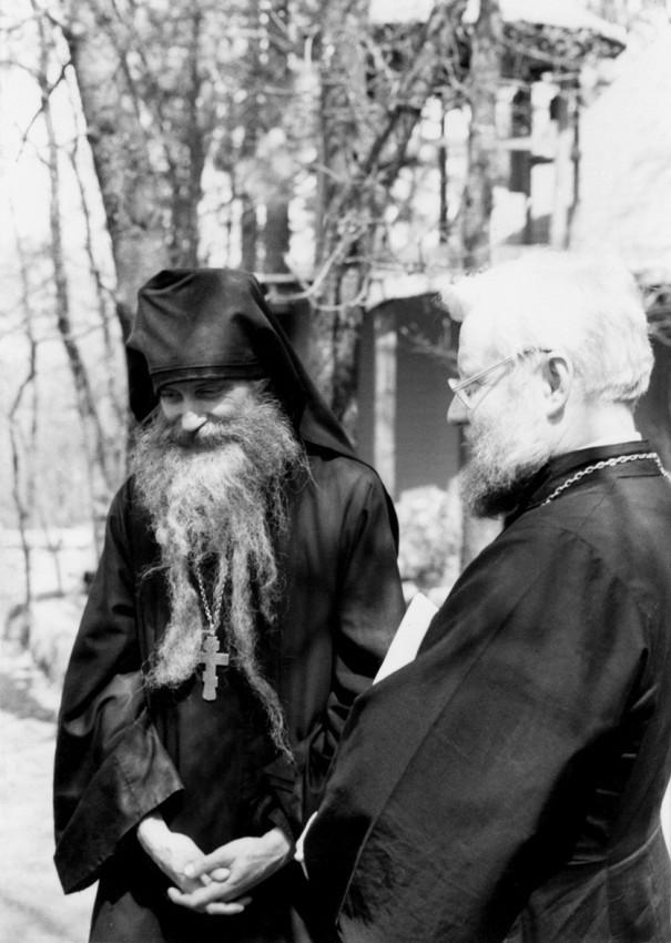 О. Серафим (Роуз) и о. Алексий Янг в монастыре Прп. Германа. Нач. 1982 г.