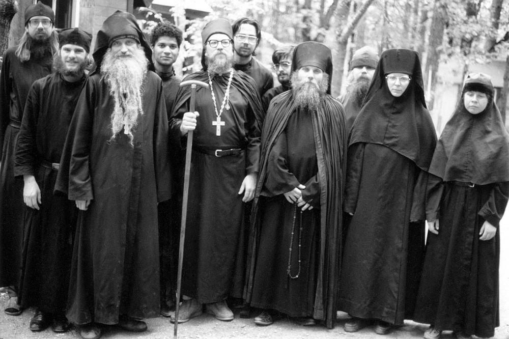 Братия монастыря прп. Германа и сестры скита блж. Ксении незадолго до кончины о. Серафима (Роуз). 1982 г.
