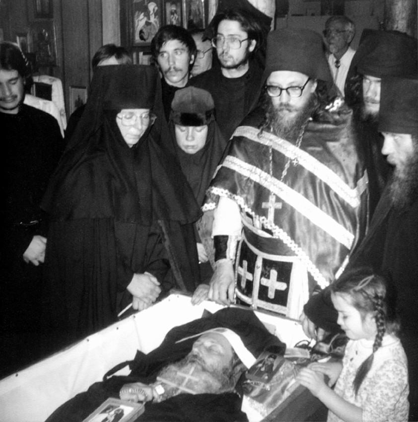 Братия и сестры у гроба о. Серафима (Роуза) в монастырской церкви