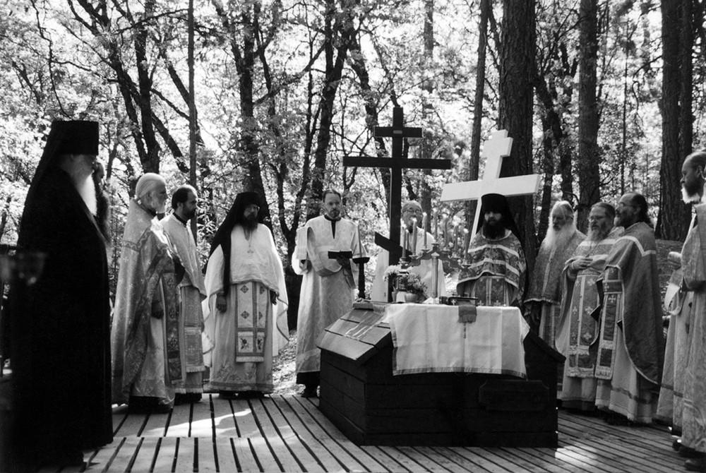 Божественная литургия у могилы о. Серафима (Роуза) в двадцатую годовщину его кончины, 2 сентября 2002 г.