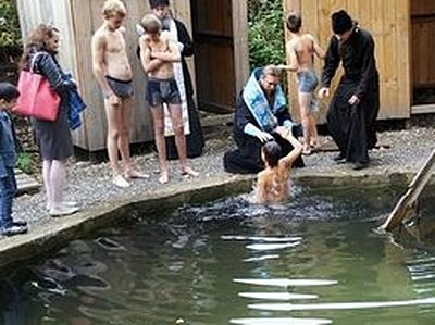 Соборное крещение детей совершили в закрытом туберкулезном санатории в Карасукской епархии