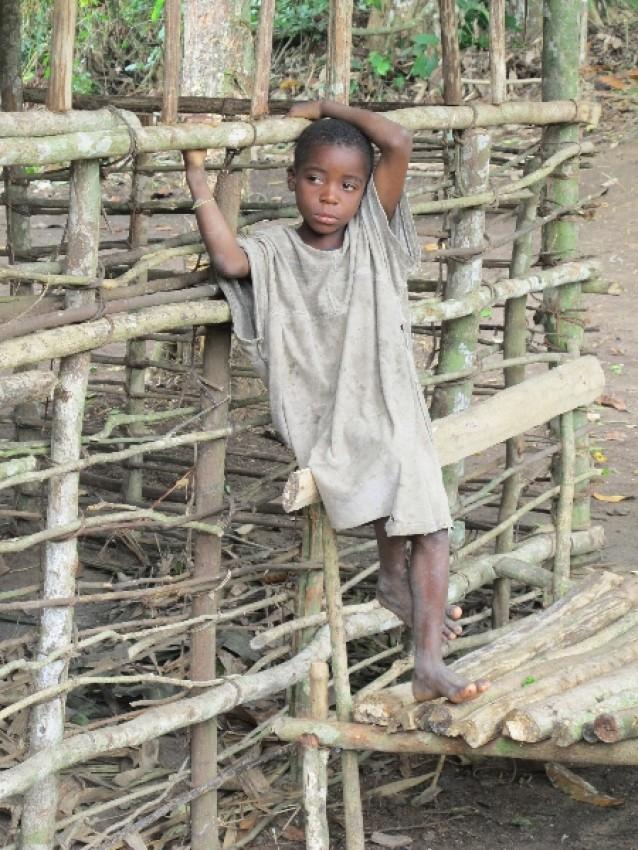 Мальчик в пигмейской деревне