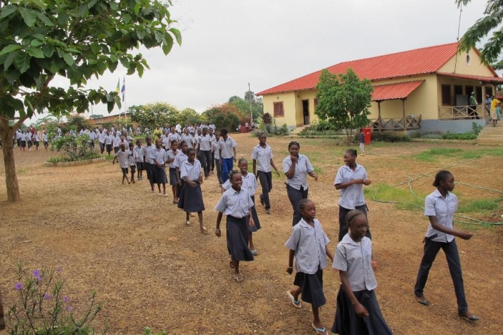 Дети спешат на занятия