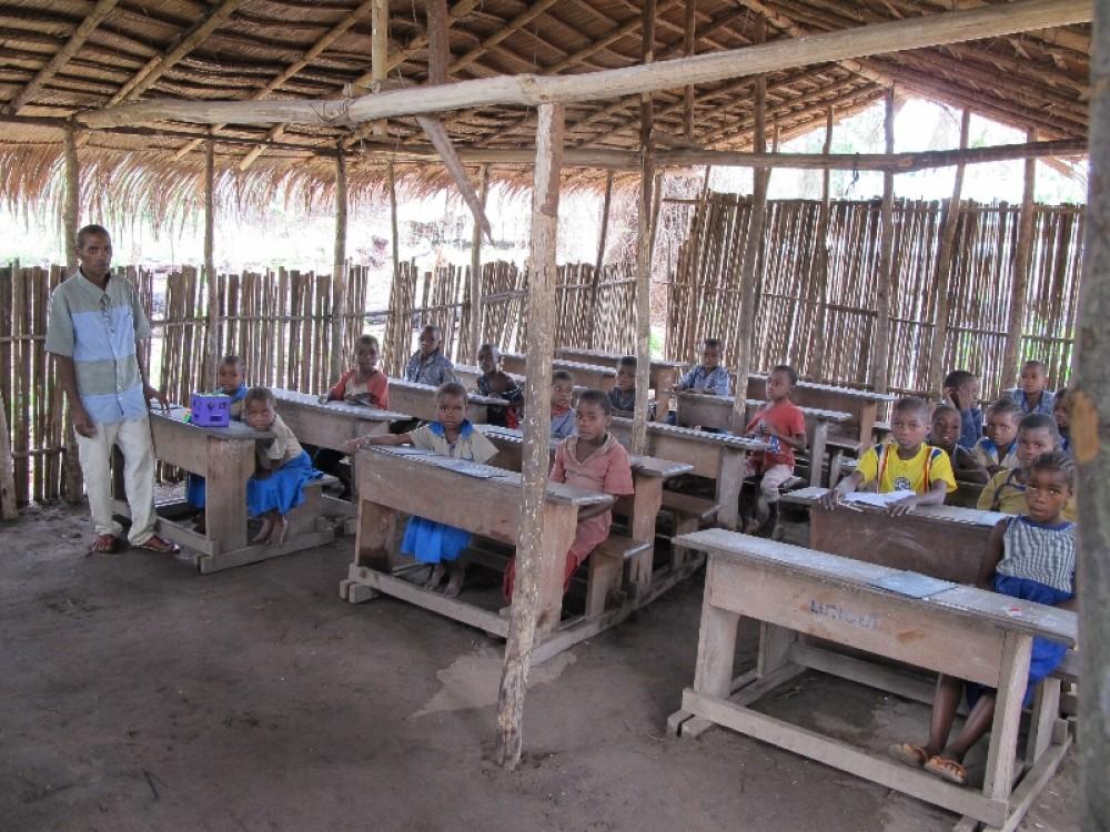 Занятия в сельской школе Луеги. Обстановка самая аскетическая