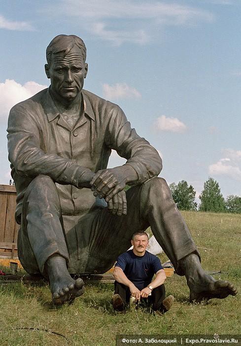 Вячеслав Клыков у памятника Василию Шукшину