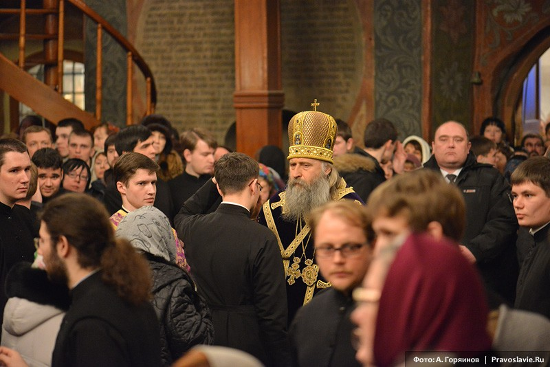 Помазание нврода совершает архиепископ Сергиево-Посадский Феогност