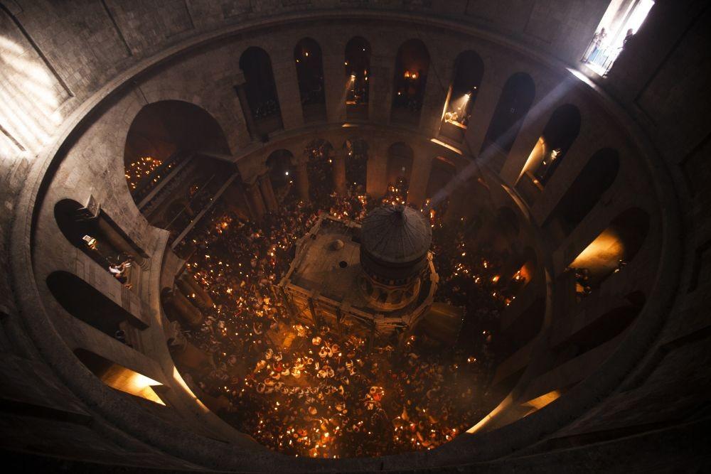 Верующие со свечами, зажженными от Благодатного Огня