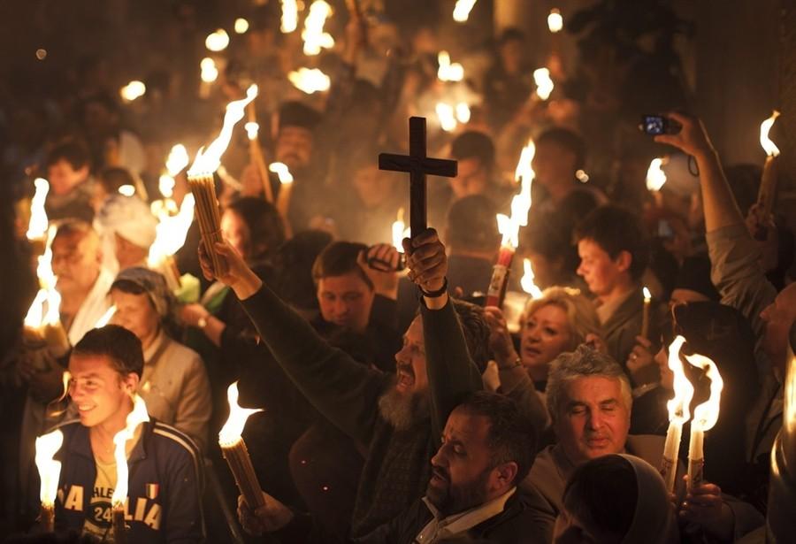 Верующие с Благодатным Огнем. 23 апреля 2011 года