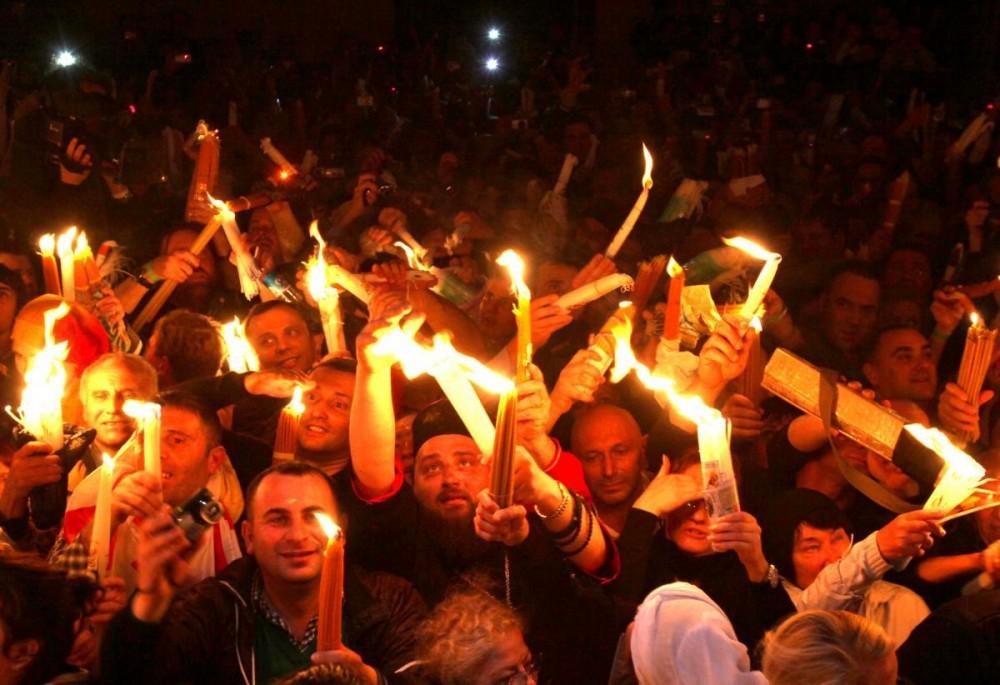 Православные христиане с Благодатным Огнем