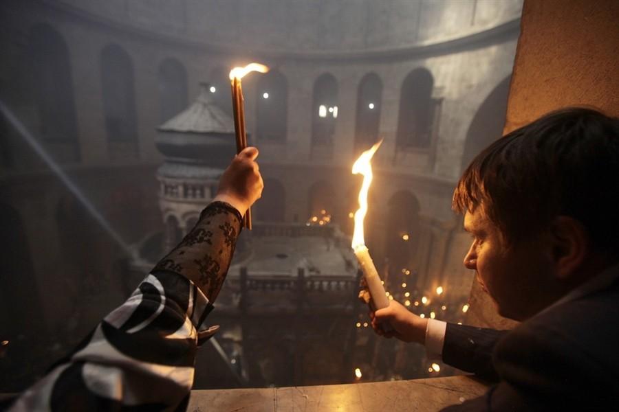 Верующие с зажженными свечами. 23 апреля 2011 года