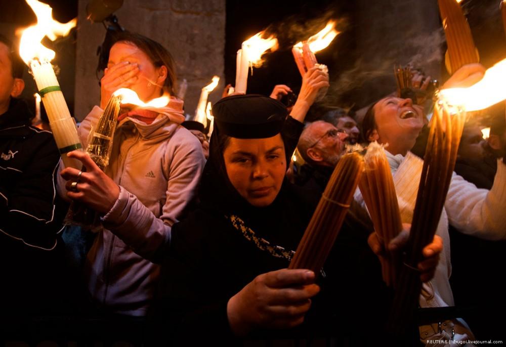 Румынская монахиня с Блсгодатным Огнем. 2009 год