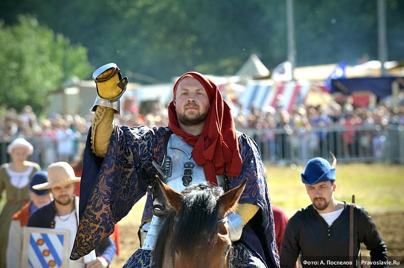 Конный рыцарь покидает арену