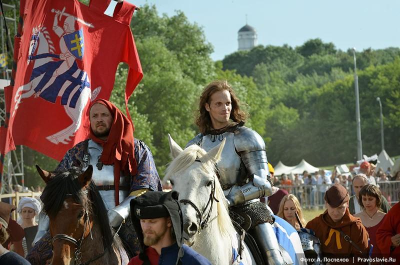 Конные рыцари покидают арену