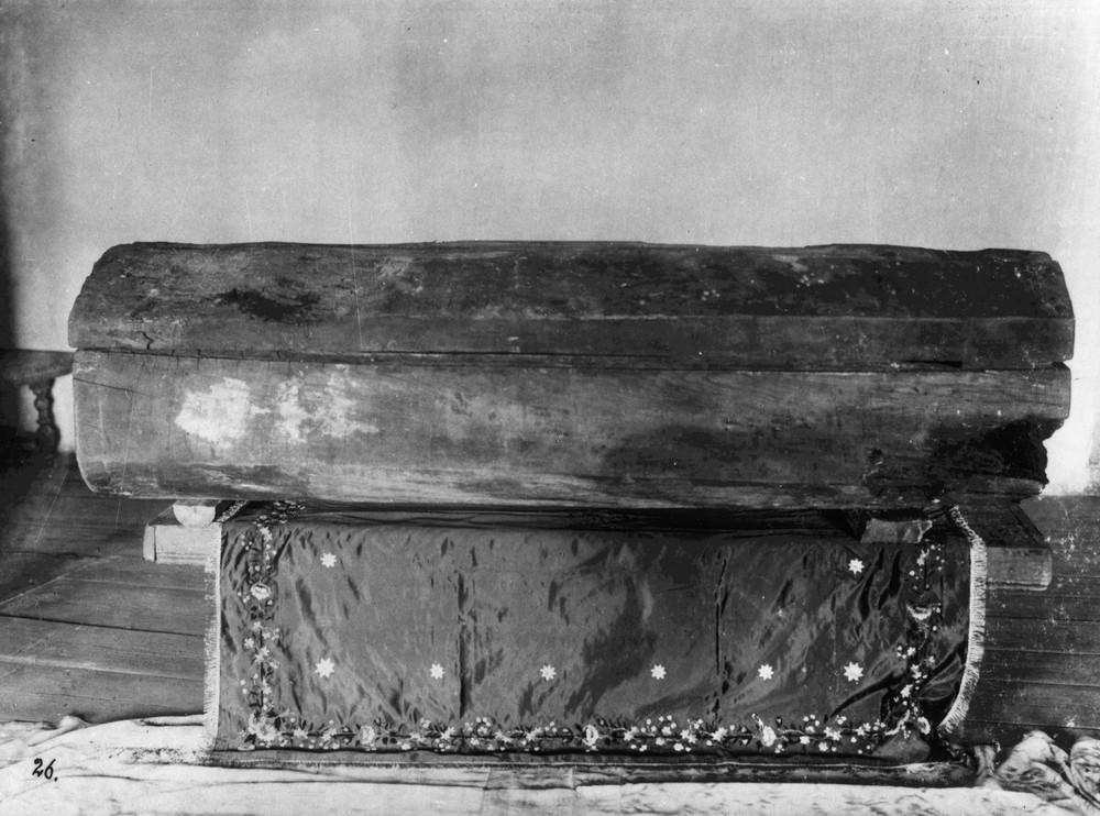 Гроб-колода, в котором был погребен прп. Серафим. Изготовленный самим о. Серафимом