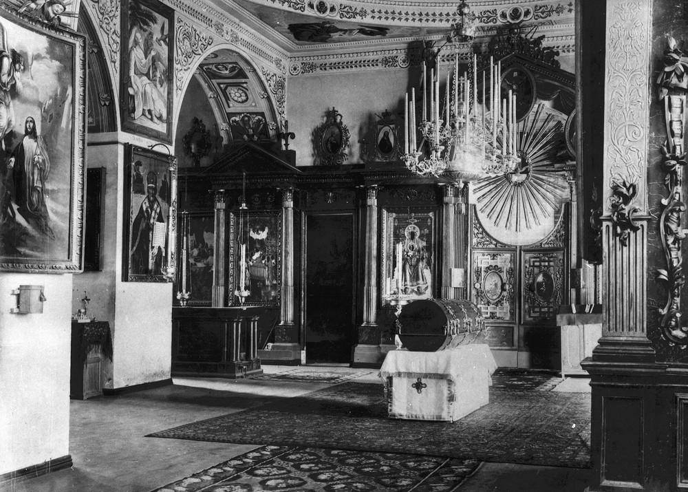 Рака, в которую были помещены мощи прп. Серафима, изготовленная по типу старого гроба-колоды в Зосимо-Савватьевской церкви
