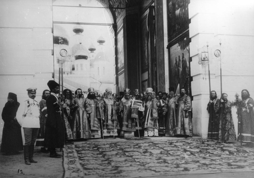 Духовенство встречает Государя в Саровском монастыре