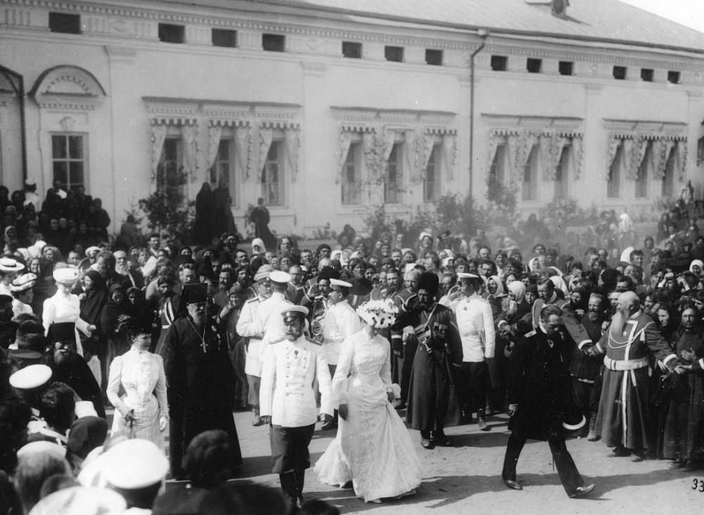 Члены Императорской фамилии в сопровождении будущего священномученика архим. Серафима (Чичагова) в Саровском монастыре