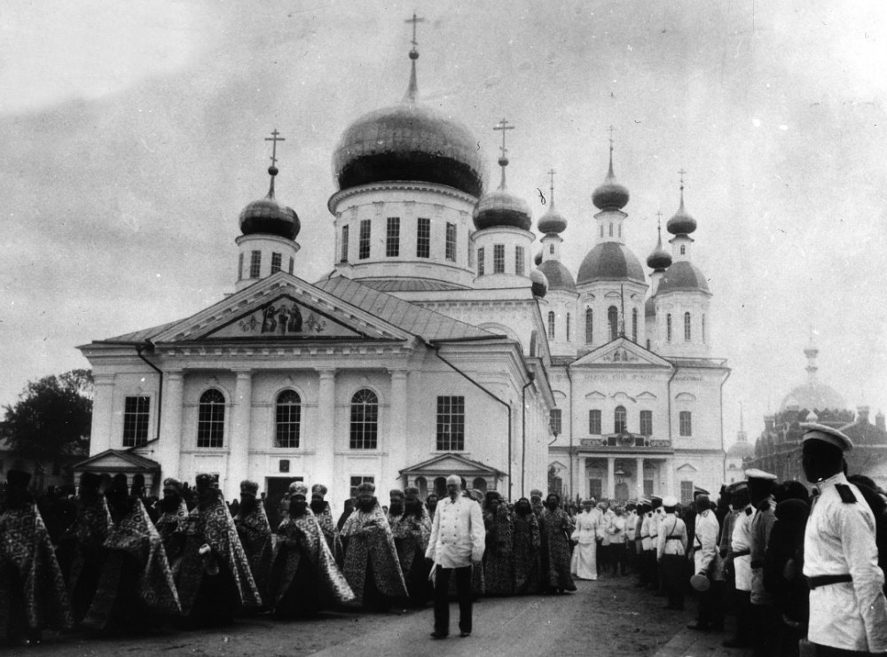 Cross procession in Sarov Monastery.